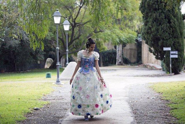 Traje Valenciana con botellas plástico