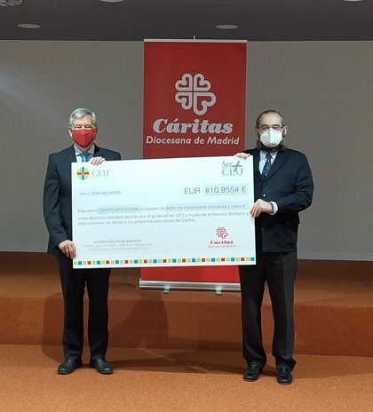 Los empleados del CEU hacen una donación a Cáritas para proyectos educativos