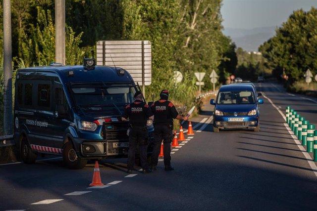 Archivo - Un Mosso d'Esquadra controla el acceso a la A2 dirección Barcelona en Lleida por el confinamiento de la comarca del Segrià (Archivo)