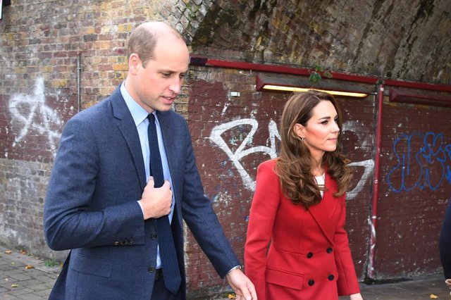 Archivo - 20 October 2020, England, London: Prince William (L), Duke of Cambridge and his wife Catherine, Duchess of Cambridge, arrive for a visit to view some of the images from the Hold Still photography project at Waterloo Station in London. Photo: Jer