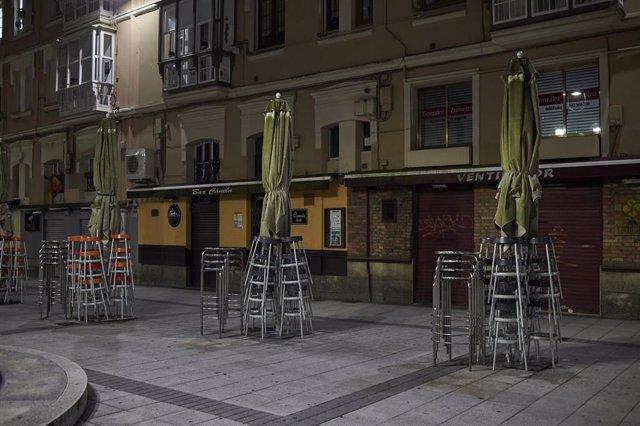 Archivo - Terraza vacía en Santander minutos antes de toque de queda