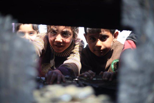 Archivo - Niños desplazados en un campamento de Idlib (Siria)