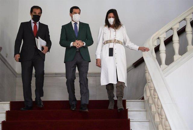José Antonio Nieto, Juanma Moreno y Loles López, en el Parlamento andaluz.