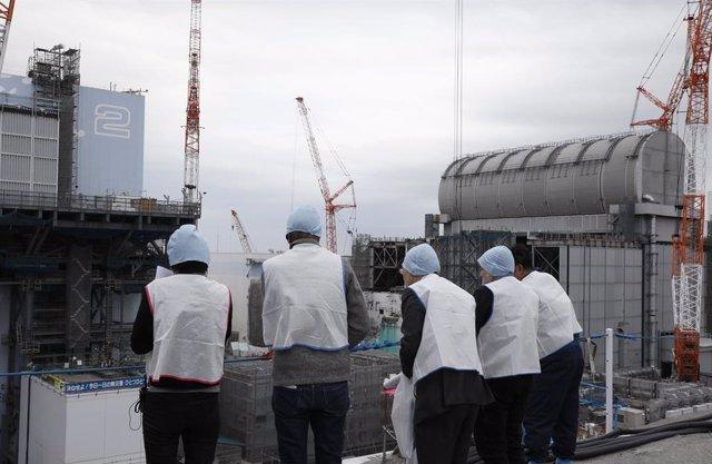 Archivo - Varios periodistas inspeccionan una central nuclear en Japón.