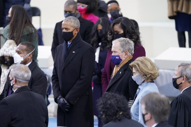 Archivo - January 20, 2021 - Washington, DC, United States: Former United States President Barack Obama, Michelle Obama, former US President George W. Bush, and former US Secretary of State Hillary Rodham Clinton look on prior to US President Joe Biden ta