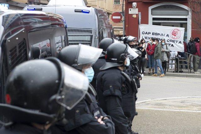 Agents dels Mossos d'Esquadra en un acte de campanya de Vox pel 14-F a Figueres. Catalunya (Espanya), 9 de febrer del 2021.