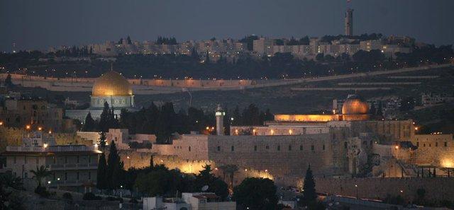 Archivo - Vista panorámica de la Explanada de las Mezquitas y la Mezquita de Al Aqsa de Jerusalén.