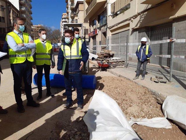 El alcalde de Palma, José Hila (izquierda), visita las obras en la calle General Ricardo Ortega.