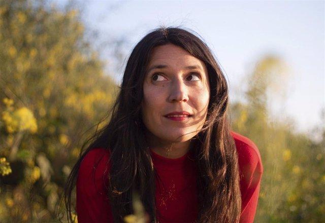 """La joven cantautora de """"música rural contemporánea"""" Lorena Álvarez"""