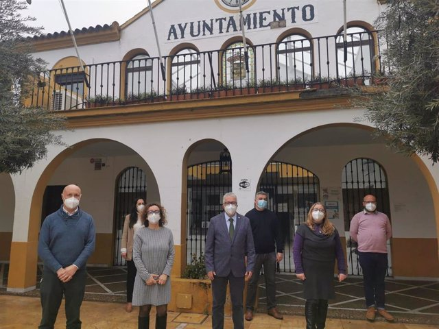 Archivo - El alcalde de Bormujos con sus ediles del Grupo socialista