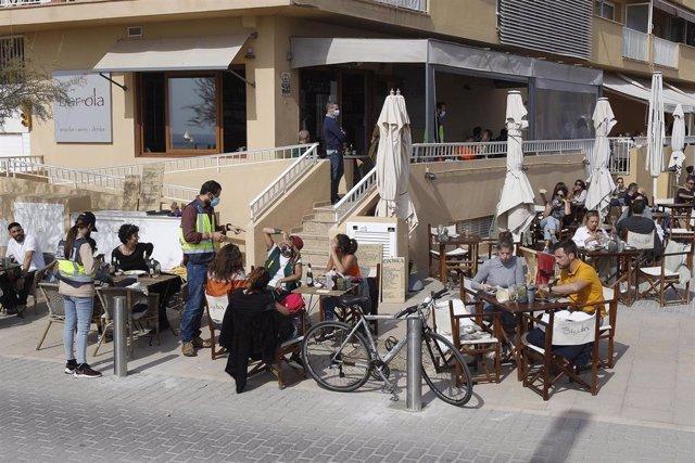 Varios agentes de la Policía Nacional durante un control a una terraza de un restaurante de Palma.