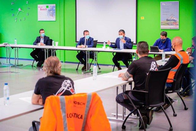 Moment de la reunió entre Aragonès, El Homrani i el Comitè d'Empresa de Bosch.