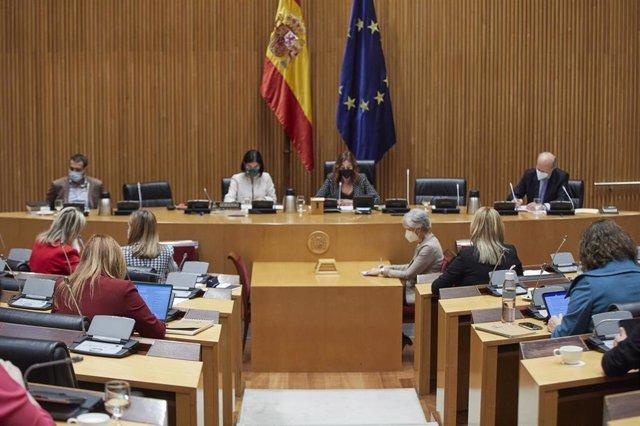 La ministra de Sanidad, Carolina Darias (i), y la presidenta de la Comisión de Sanidad, Rosa María Romero, comparecen en la Comisión de Sanidad y Consumo en la Sala Ernest Lluch del Congreso de los Diputados, en Madrid, (España), a 11 de marzo de 2021. En