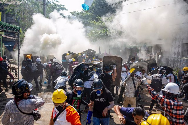 08 March 2021, Myanmar, Yangon: Protesters clash with security forces during a protest against the military coup and the detention of civilian leaders in Myanmar. Photo: Aung Kyaw Htet/SOPA Images via ZUMA Wire/dpa