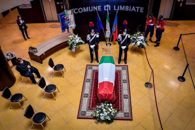26 February 2021, Italy, Limbiate: Carabinieri officers stand next to the coffin of Italian ambassador to the Democratic Republic of Congo Luca Attanasio, during an honouring ceremony held at the Comune Di Limbiate City Hall one day after Attanasio's stat