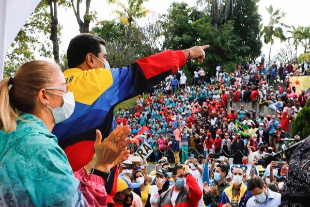 HANDOUT - 12 February 2021, Venezuela, Caracas: Nicolas Maduro (C) president of Venezuela takes part in an event to mark the Youth Day at the Miraflores presidential palace. Photo: Jhonander Gamarra/Prensa Miraflores/dpa - ACHTUNG: Nur zur redaktionellen