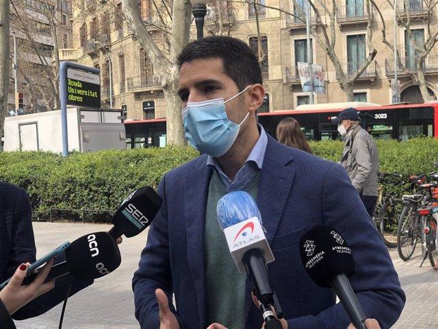 El diputat de Cs en el Parlament Nacho Martín Blanco en unes declaracions als periodistes a la plaça Urquinaona de Barcelona el dijous 11 de març de 2021.