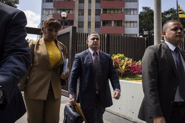 Archivo - 29 January 2019, Venezuela, Caracas: Tarek William Saab (C), Prosecutor General of Venezuela, arrives in front of the Supreme Court to file a request to prohibit self-appointed president Juan Guaido from leaving the country and to freeze his ban