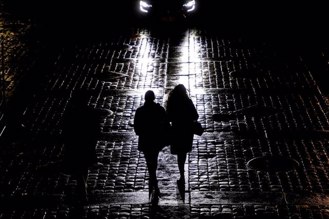 Archivo - 14 January 2021, France, Paris: A couple walks over wet cobblestones as they leave the Palais de Justice courthouse. Photo: Ludovic Marin/AFP/dpa