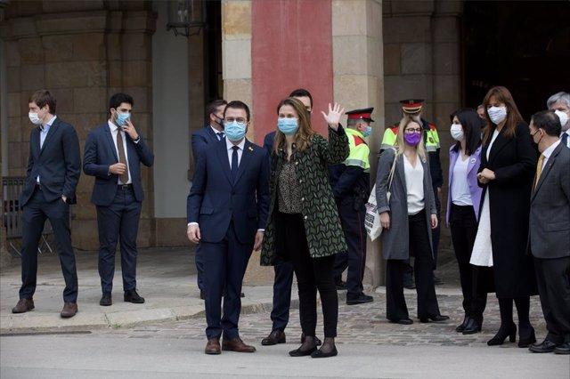 El vicepresident de la Generalitat en funcions, Pere Aragonès, i la diputada electa d'ERC Meritxell Serret davant el Parlament, el dia del ple de constitució que obrirà la XIII legislatura.