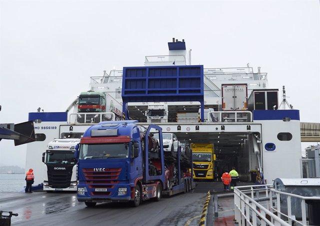 Archivo - Varios camiones salen de un ferry procedente de la localidad de Portsmouth al puerto de Santander, Cantabria, a 23 de diciembre de 2020. La llegada del barco en el que viajan pasajeros británicos se produce un día después de que entrase en vigor