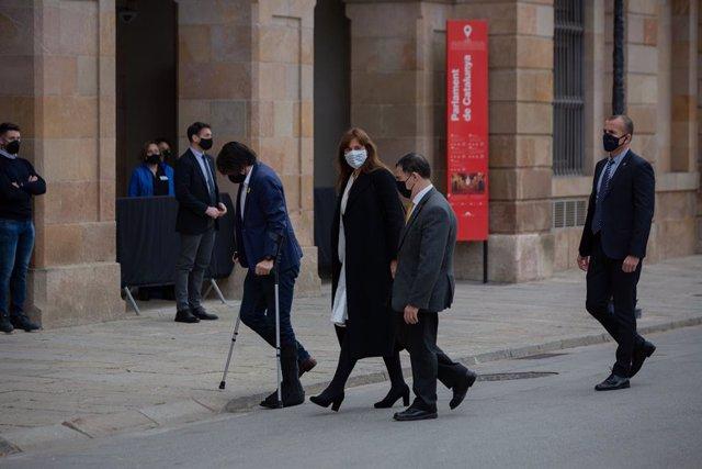 La candidata de Junts, Laura Borràs (c), arriba a l'Auditori del Parlament de Catalunya per celebrar l'inici de la XIII legislatura. Catalunya (Espanya), 12 de març del 2021.
