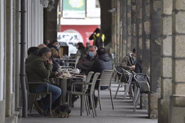 Varios comensales disfrutan en la terraza de un establecimiento durante el primer día de la reapertura del interior de los bares y restaurantes en A Coruña, Galicia (España), a 8 de marzo de 2021. Desde hoy la Xunta permite la apertura de las áreas sanita