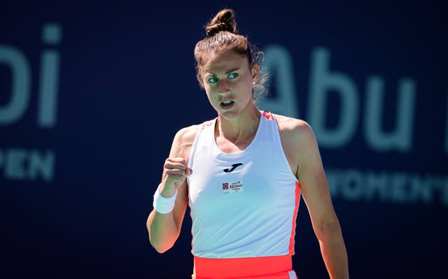 Archivo - Sara Sorribes Tormo of Spain in action during her third round match at the 2021 Abu Dhabi WTA Womens Tennis Open WTA 500 tournament against Anastasia Gasanova of Russia