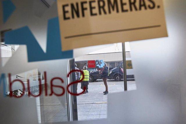 Dos furgones de la Policía Nacional, frente al edificio de la Gerencia Asistencial de Atención Primaria, en cuyo interior se desarrolla una protesta contra los traslados al Hospital de Emergencias Isabel Zendal, en Madrid, a 19 de febrero de 2021