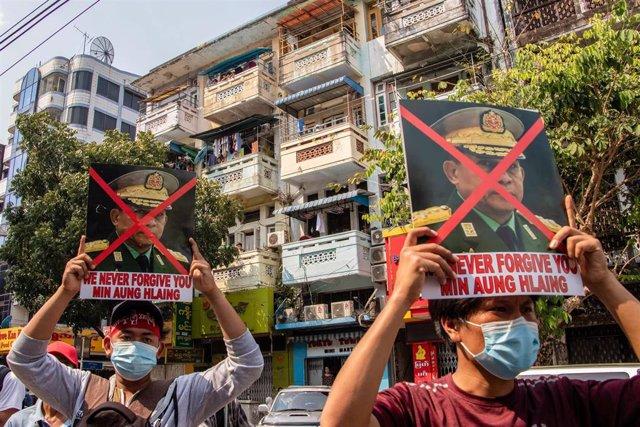 Carteles contra el líder de la junta birmana, Min Aung Hlaing, en Rangún