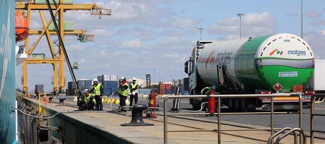 Archivo - Primera operación de bunkering de GNL de camión a barco en el puerto de Huelva.