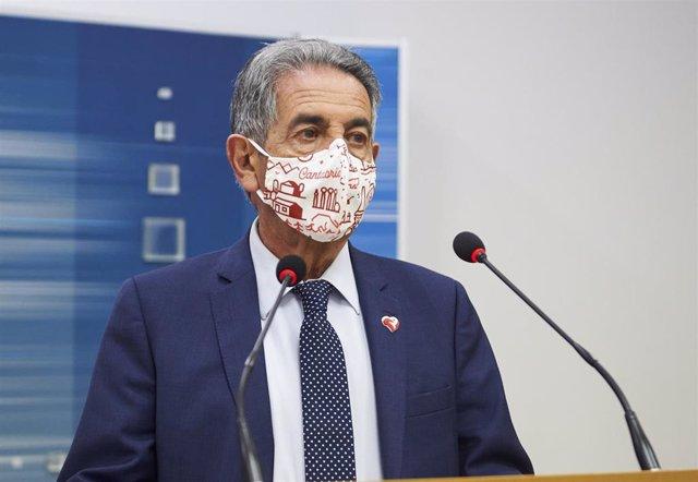 Archivo - El presidente de Cantabria, Miguel Ángel Revilla, comparece ante los medios en la sede del Gobierno regional