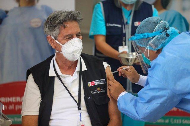 El presidente de Perú, Francisco Sagasti, vacunándose.