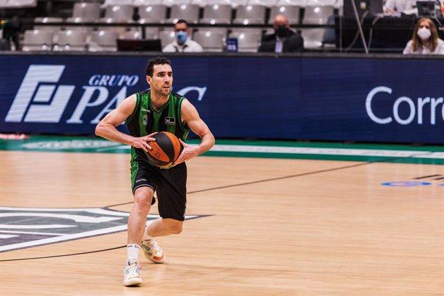 Ferran Bassas (Joventut) con el balón Spalding