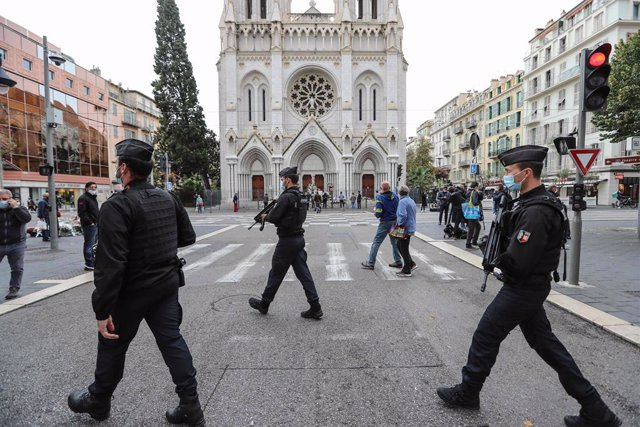 Archivo - 31 October 2020, France, Paris: Police officers secure the area around the Basilica of Notre Dame after Wednesday's knife attack in Nice. Photo: Valery Hache/AFP/dpa