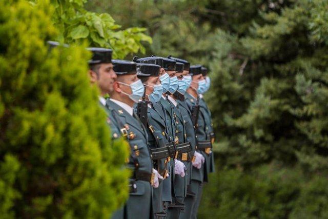 Archivo - Agentes de la Guardia Civil protegidos con mascarillas durante el acto de incorporación de los guardias civiles en prácticas a la Comunidad de Madrid, en Tres Cantos, Madrid (España), a 1 de julio de 2020.