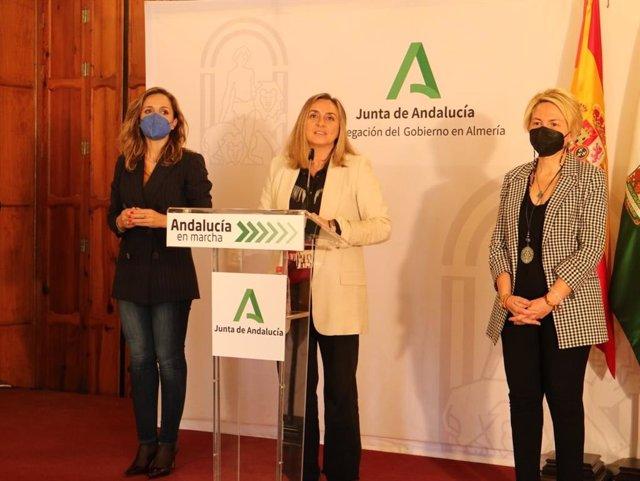 En el centro, la consejera de Fomento de la Junta de Andalucía, Marifrán Carazo