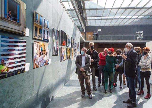 Inauguración en el Parlamento foral de una exposición con imágenes del primer año de pandemia