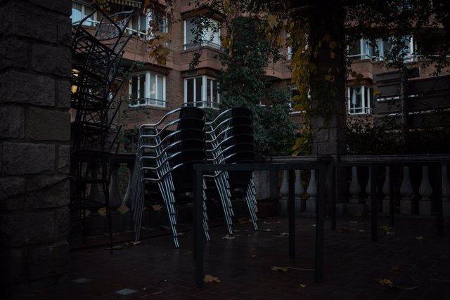 Archivo - Arxiu - Cadires buides a la terrassa d'un bar de Barcelona. Catalunya (Espanya), 21 de desembre del 2020.