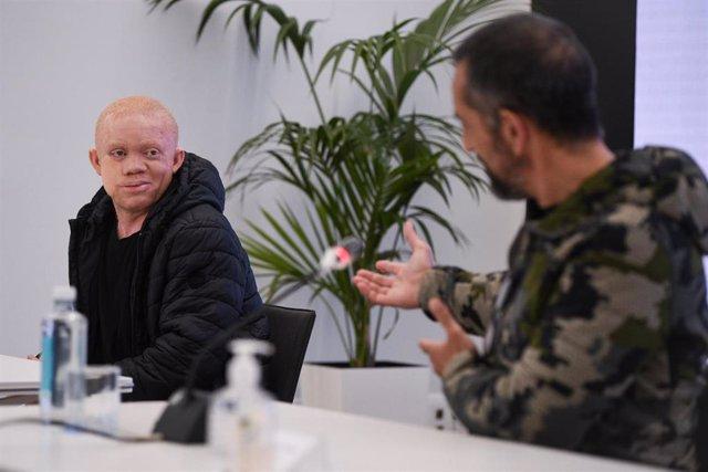 El joven albino guineado intervnido por Cavadas de un cáncer facial