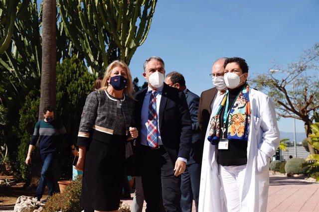 El consejero de la Presidencia, Administración Pública e Interior de la Junta de Andalucía, Elías Bendodo,con la alcaldesa marbellí, Ángeles Muñoz, en Marbella