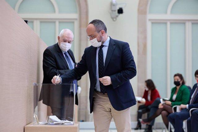El president del PP català, Alejandro Fernández, vota durant l'elecció de la Mesa del Parlament de la XIII legislatura el 12 de març del 2021.
