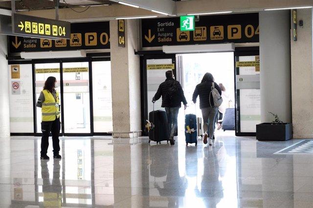 Archivo - Varios viajeros salen del aeropuerto de Palma.