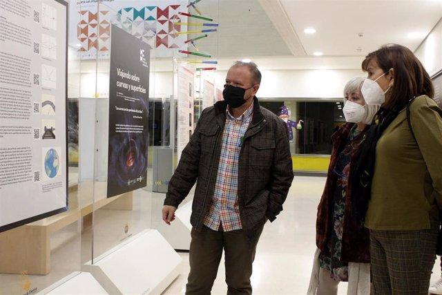 Archivo - Soto (D) en la inauguración de la exposición sobre las matemáticas.