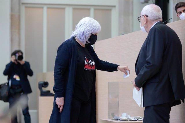 La diputada de la CUP Dolors Sabater vota durant l'elecció de la Mesa del Parlament de la XIII legislatura el 12 de març del 2021.