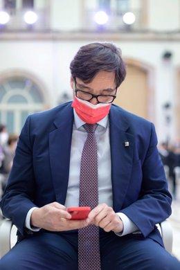 El líder del PSC-Units, Salvador Illa, mira el mòbil durant la sessió constitutiva de la XIII legislatura del Parlament.