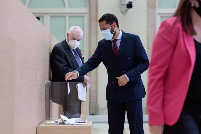 El líder de Vox al Parlament, Ignacio Garriga, vota durant l'elecció de la Mesa de la XIII legislatura el 12 de març del 2021