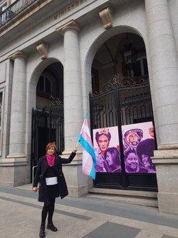 La presidenta de la Federació Plataforma Trans, Mar Cambrollé, en vaga de fam davant el Ministeri d'Igualtat