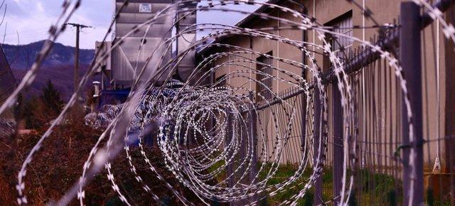 Barrera alhambrada alrededor de una prisión