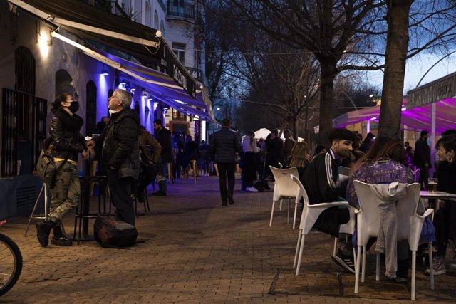 Varias personas en la terraza de un bar en la Alameda de Hércules.